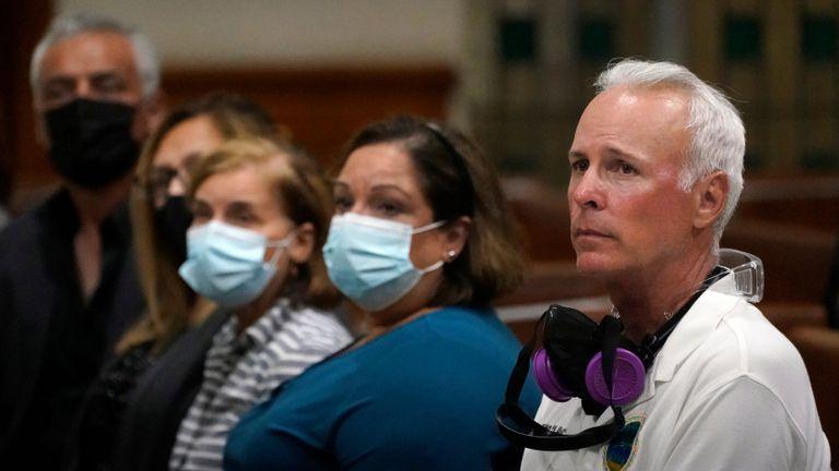 El alcalde de Surfside, Charles Burkett, durante una vigilia de oración por las víctimas y las familias del edificio Champlain Towers, en la cercana iglesia católica St. Joseph en Miami Beach