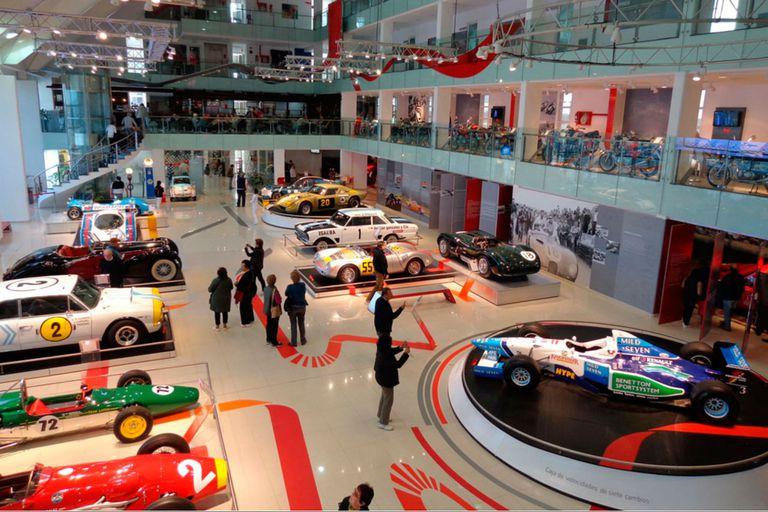 En el salón de la planta baja del Museo predominan los autos, de todo tipo y color