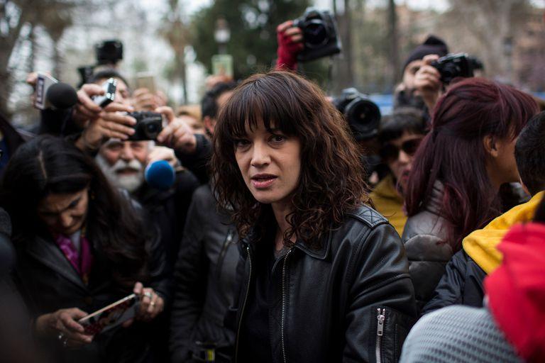 Asia Argento negó haber abusado de un menor y dijo que Anthony Bourdain le pagó