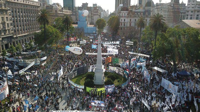 Postales de la plaza peronista: piedras que no se tocan y los primeros oradores anotados