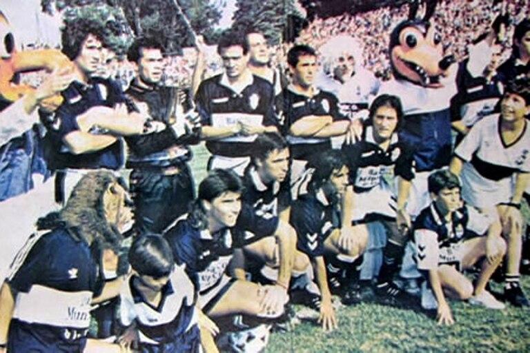 La formación de Gimnasia campeón de la Copa Centenario 1993, con Guillermo y Gustavo Barros Schelotto