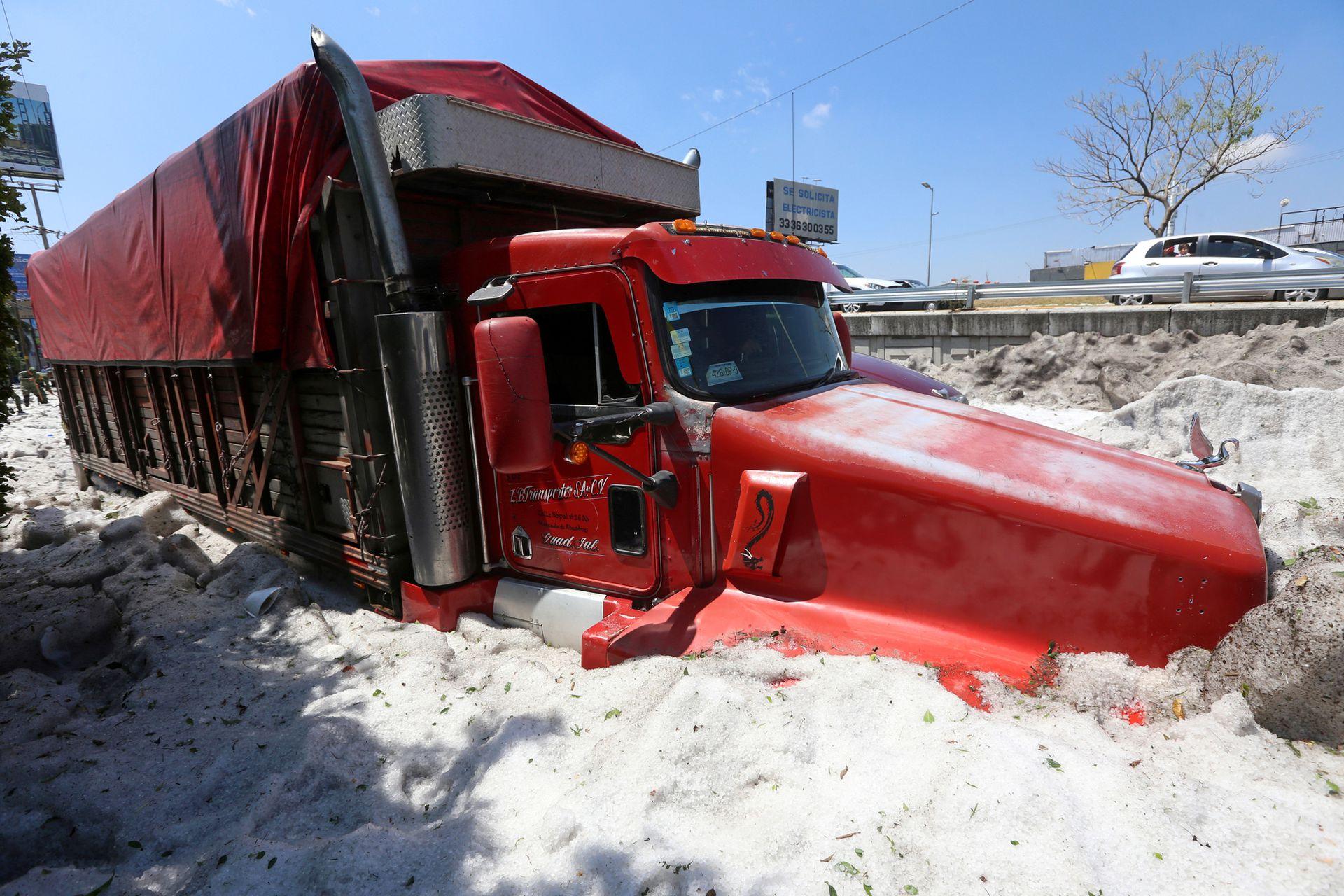 Enormes camiones sorprendidos por la granizada quedaron varados