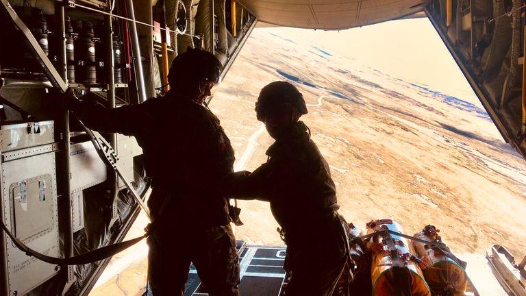 Despacho de raciones desde un avión de la Armada Británica hacia los destacamentos Rapier en suelo malvinense