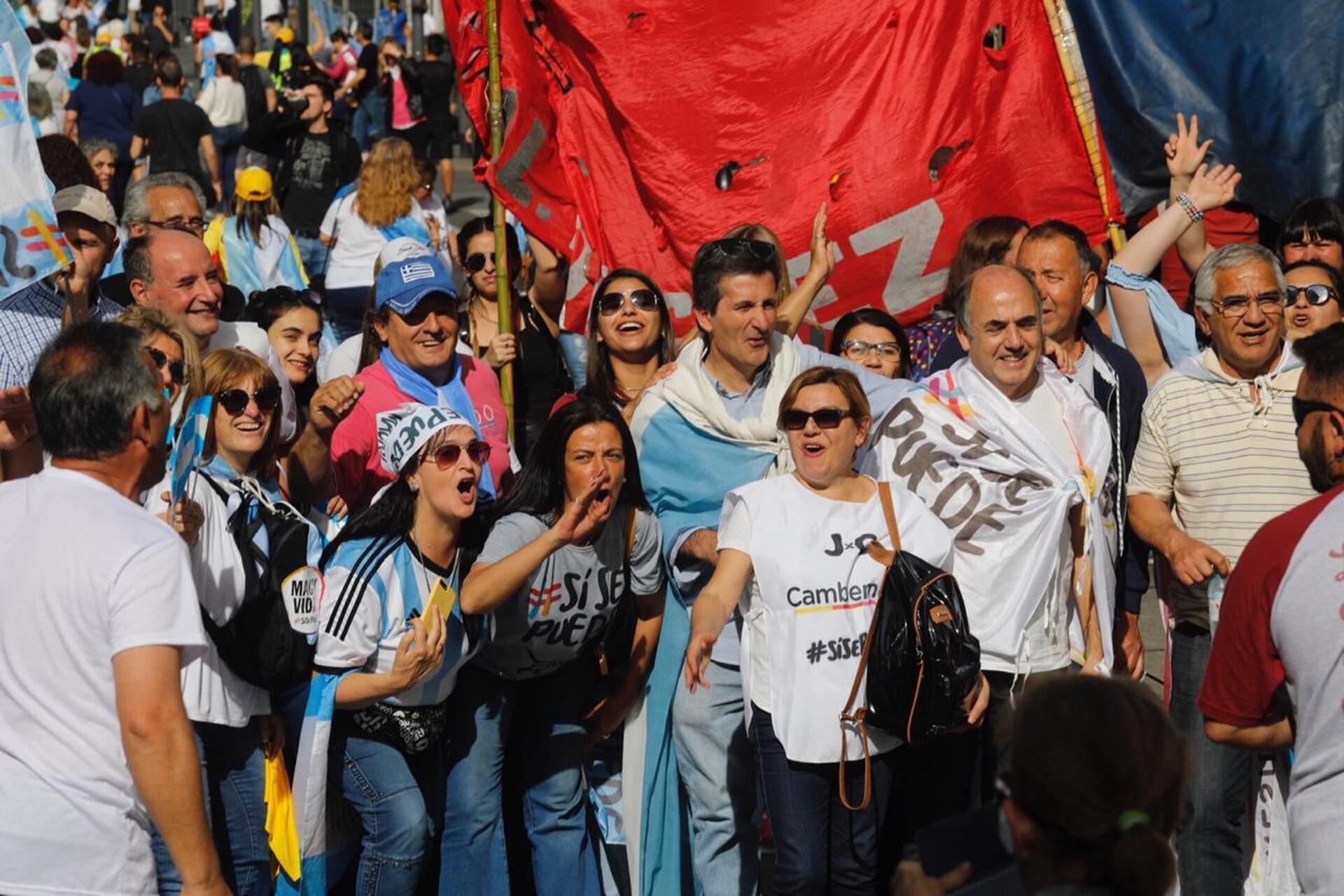 Con banderas celestes y blancas y carteles con leyendas en apoyo al presidente, grupos de manifestantes, en familia o en grupos de amigos, llegaban a la avenida 9 de Julio
