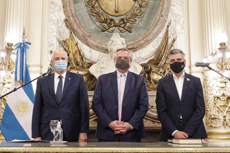 Alberto Fernández toma juramento a los nuevos ministros de Desarrollo Social, Juan Zabaleta y de Defensa, Jorge Taiana