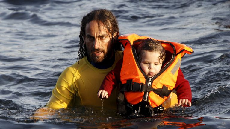 El momento en que un voluntario rescata al niño en el Egeo