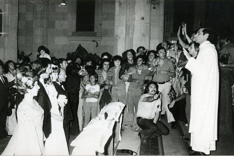 Su casamiento, en enero del 74, con los hinchas que coparon la iglesia