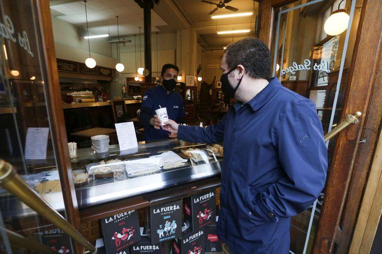 En el bar Los Galgos, como en otros espacios gastronómicos, se ofrece café al paso y otros productos; sus propietarios esperan la habilitación para colocar mesas en la vereda