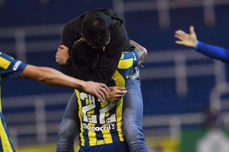 Gastón Avila le fue a dedicar el gol que marcó con la camiseta de Rosario Central ante Boca a su DT, Crisitan Kily González