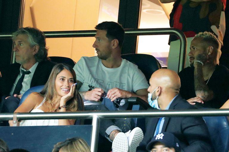 Lionel, su papá Jorge, Antonela y Neymar en un palco del estadio Parque de los Príncipes viendo al PSG en la primera fecha de la liga.