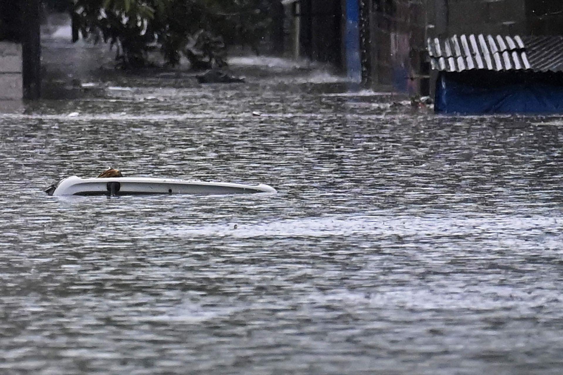 Gran cantidad de autos que no pudieron escapar de la inundación quedaron tapados por el agua