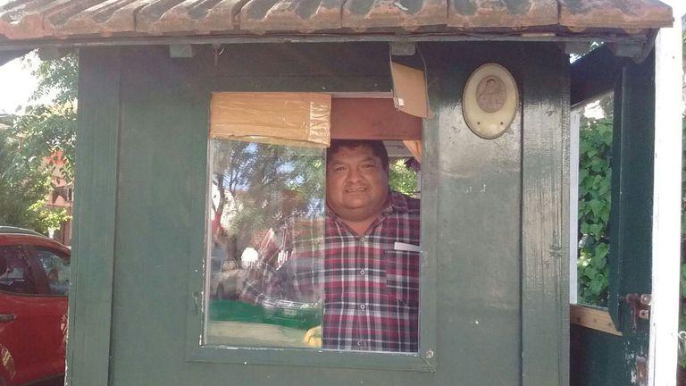 Zenón viene de Perú y trabaja como guardia de seguridad privada
