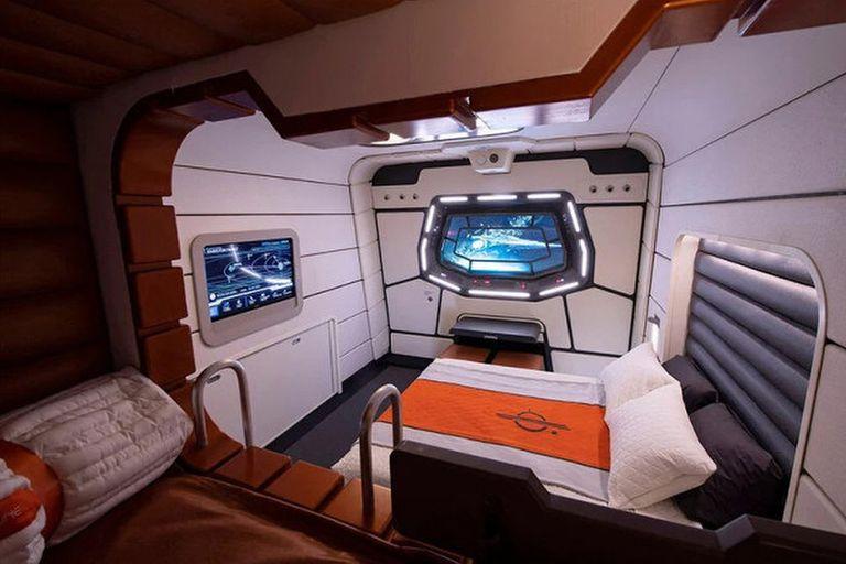 Las habitaciones estándar tienen capacidad para hasta cinco personas y están ambientadas como una cabina galáctica