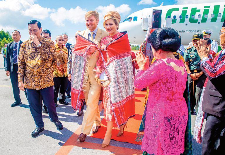 En Sumatra, el matrimonio real fue recibido en el aeropuerto con el baile Tortor Sombah, en el que se envuelven con una manta tradicional de Ulos. Según las antiguas historias de Batak, hay tres fuentes que dan calor al hombre: el sol, el fuego y los Ulos.