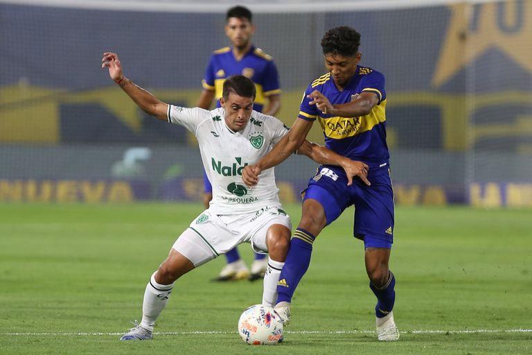 Medina lucha por el balón ante Sarmiento