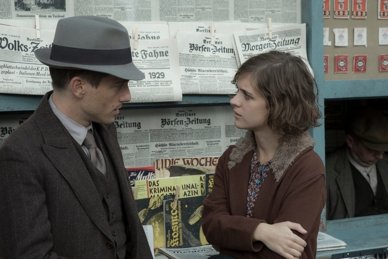 Volker Bruch y Liv Lisa Fries en Babylon Berlin