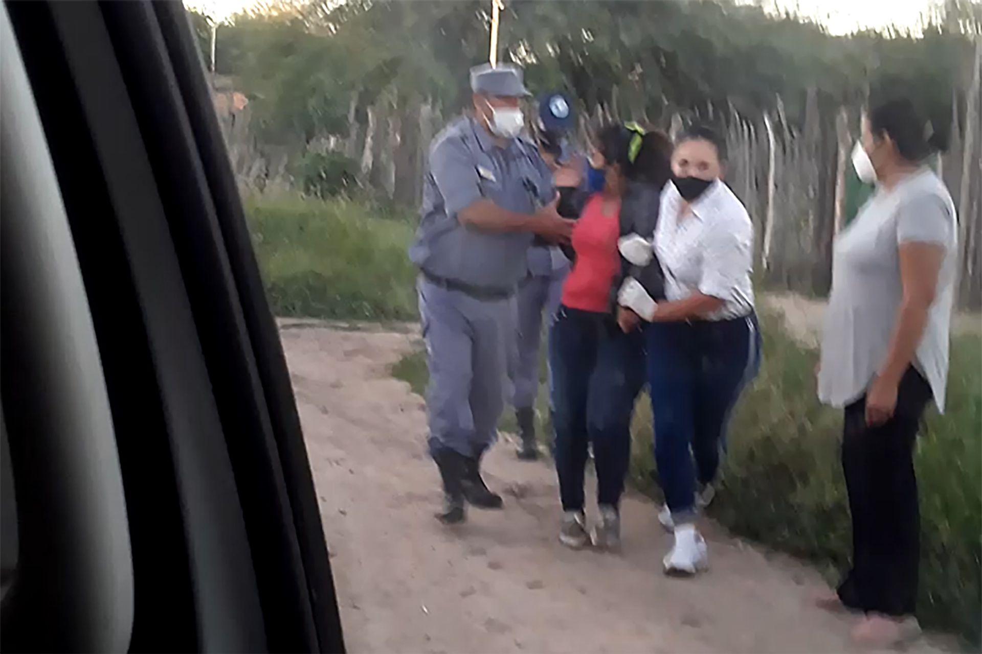 Policía de Formosa se lleva detenida a una joven que se negaba a hisoparse en Ingeniero Juárez, según informaron fuentes locales a LA NACION