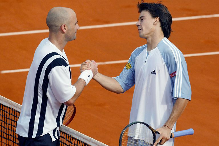 El saludo entre Coria y Andre Agassi en los cuartos de final de Roland Garros 2003: el Mago derrotó al estadounidense por 4-6, 6-3, 6-2 y 6-4.