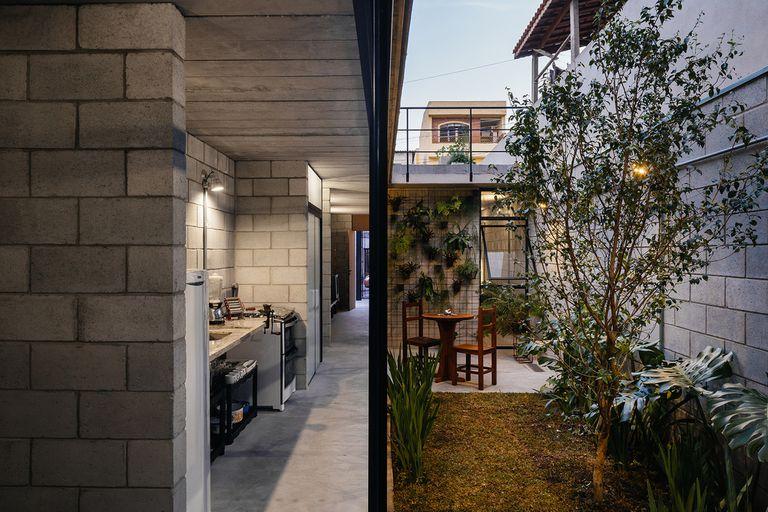 A la izquierda, la cocina de la casa y, a la derecha, el patio interno que conecta los distintos espacios de la planta baja