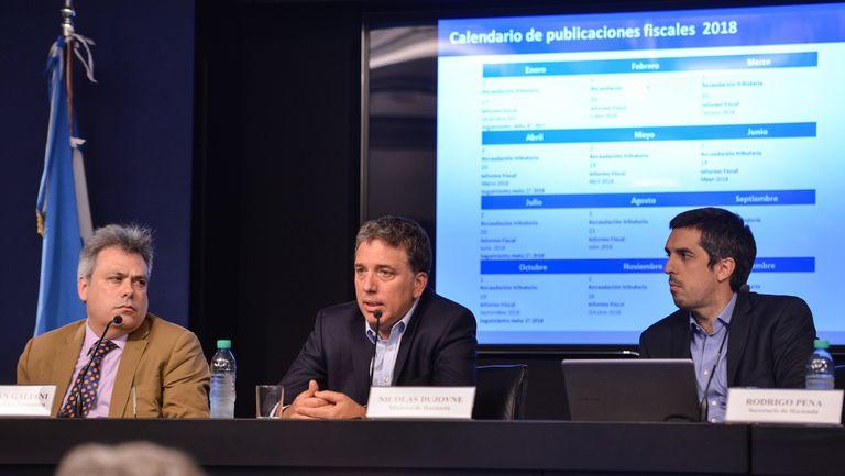 El ministro de Hacienda, Nicolás Dujovne, durante una conferencia de prensa en el Palacio de Hacienda, en la que estuvo acompañado por el viceministro Sebastián Galiani y el secretario de Hacienda, Rodrigo Pena