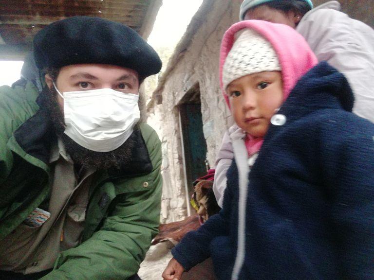 Dos caras del Covid-19: el médico que atiende en las montañas y en terapia