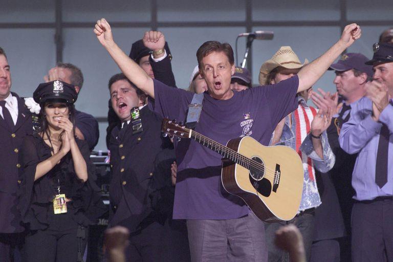 """La estrella del pop británico Paul McCartney se presenta en el escenario junto a otros artistas en """"The Concert for New York City"""", que tuvo lugar en el Madison Square Gardens el 20 de octubre de 2001 en Nueva York."""