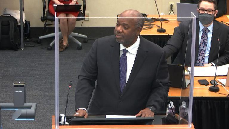 """Fiscal Jerry Blackwell dio inicio a su declaración señalando que Chauvin había """"traicionado"""" su juramento como policía de nunca emplear fuerza innecesaria"""