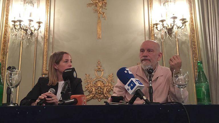 Malkovich junto a Liana Vinacur, productora de la obra