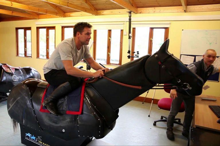 Michael Owen, en un entrenamiento sobre un caballo mecánico