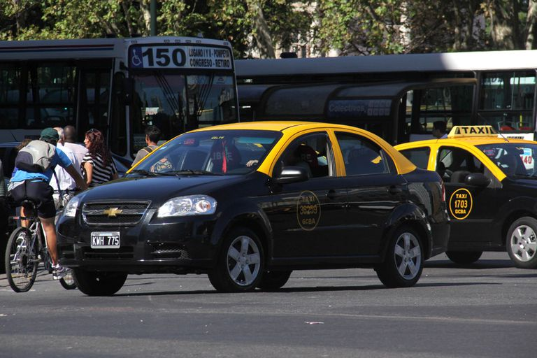 Los taxistas que utilicen Easy Taxi podrán recibir multas de hasta 24 mil pesos, de acuerdo a la prohibición que aplicó el Gobierno de la Ciudad
