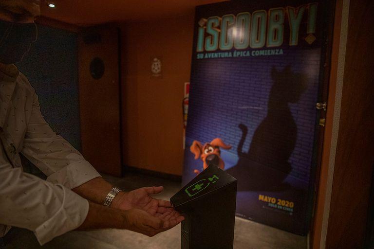 El protocolo sanitario en las salas de cine incluye dispensers de alcohol, distanciamiento de butacas en la sala, restricciones de capacidad de clientes y pantallas de autoservicio