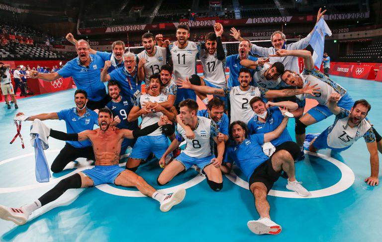 Festejos del seleccionado olímpico de vóleibol argentino luego de la victoria frente a Brasil y la obtención de la medalla de bronce