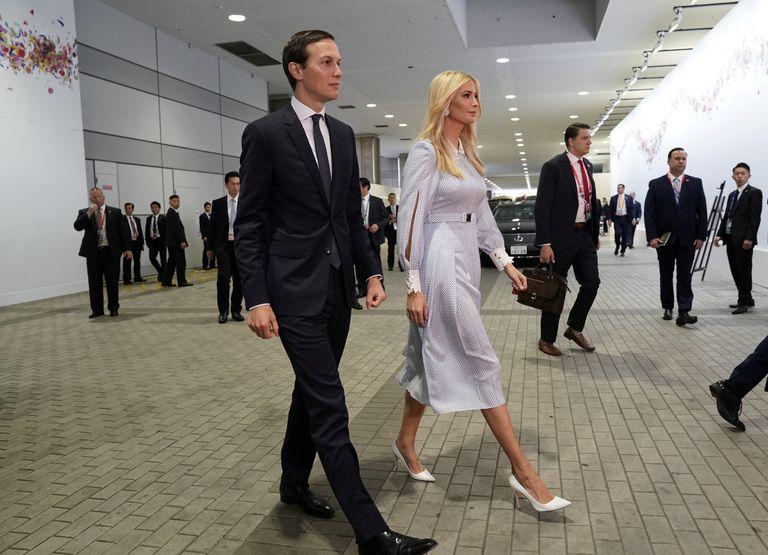 Ivanka Trump lució un lívido vestido con cuello y puños trabajados, mangas holgadas, tablas al frente y cinto. Junto a ella, Jared Kushner