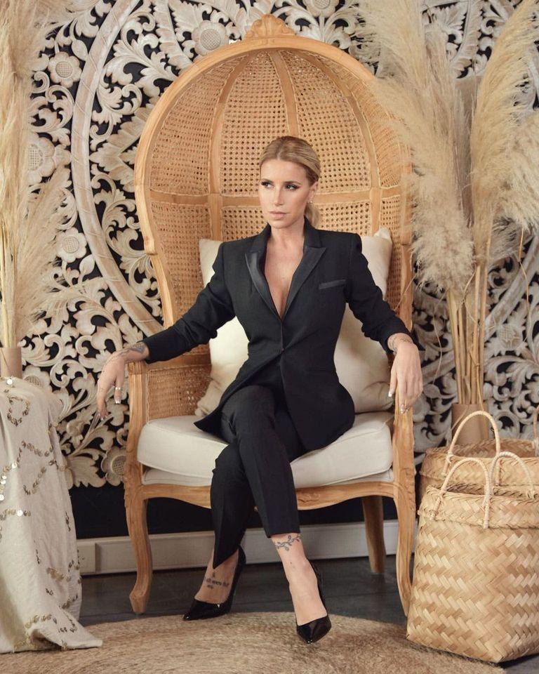 """En esta foto para una marca de sillones, Flor se autodefinió: """"la puta ama"""" (Instagram)"""