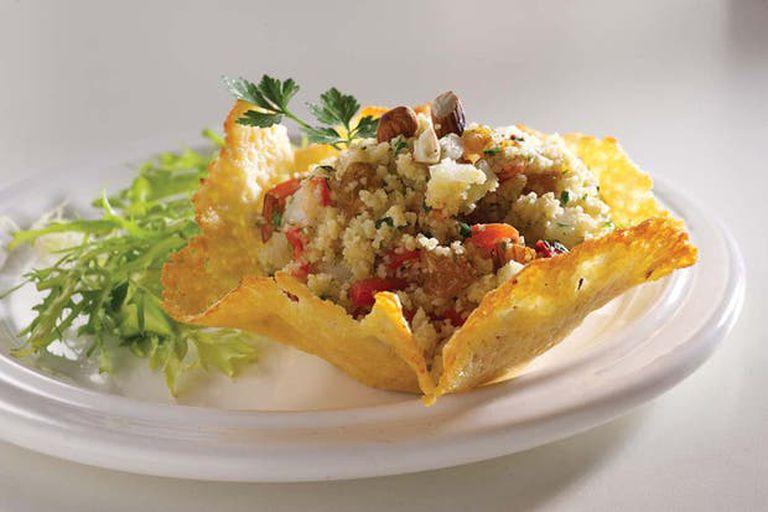 Ensalada de couscous en canasta de queso