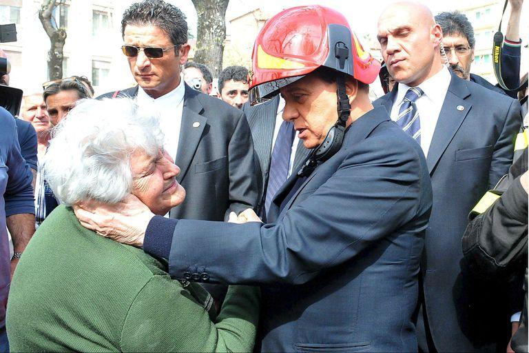 Berlusconi visita a los sobrevivientes del terremoto de LAquila, al este de Roma, en abril de 2009