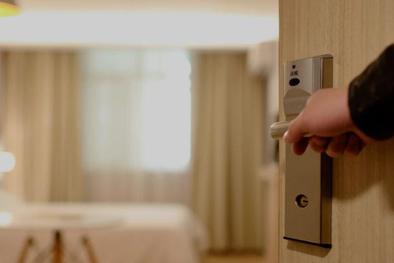 Una exempleada de un hotel reveló las cosas que nunca deben usarse en una habitación