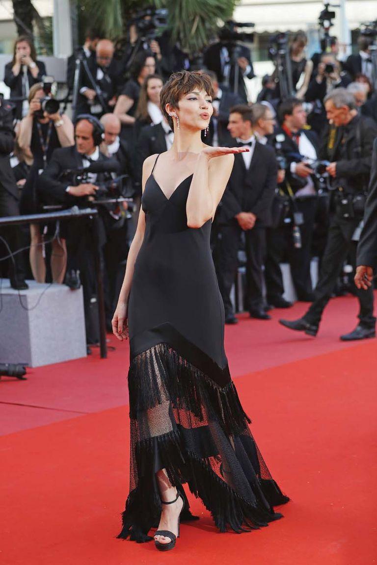 Úrsula Corberó lució un favorecedor vestido negro de inspiración charleston de Diane von Fürstenberg y unos originales pendientes de diamantes.