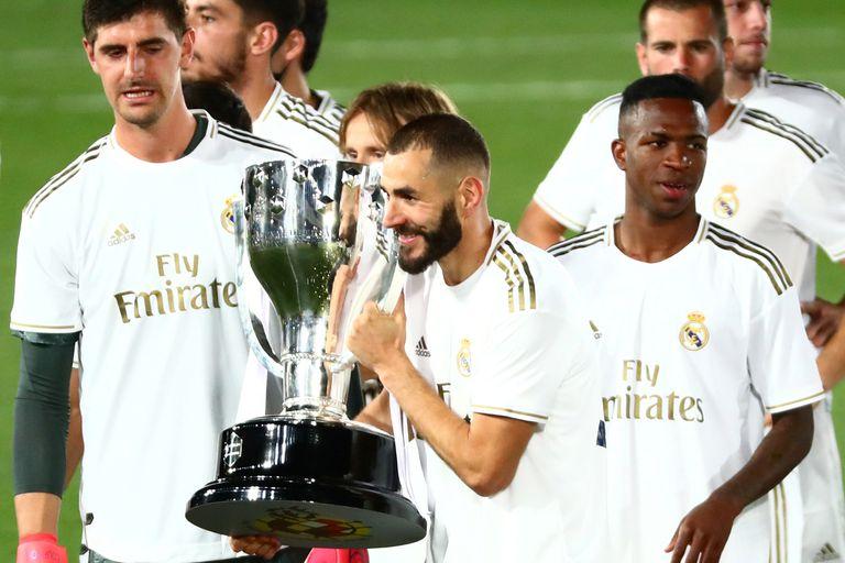 Courtois, desde el arco; Benzema y el trofeo de campeón, dos de las figuras de Real Madrid