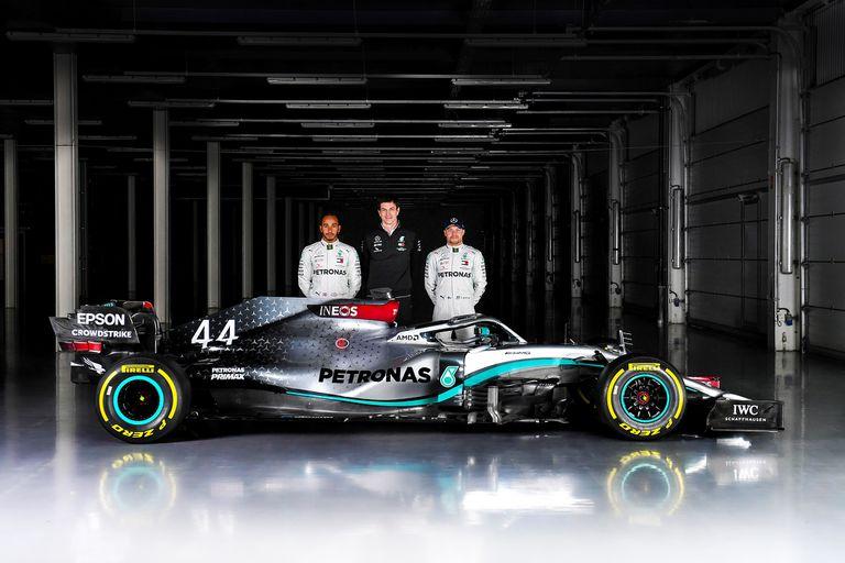 Toto Wolff, Lewis Hamilton y Valtteri Bottas junto al Mercedes-AMG F1 W11 EQ Performance