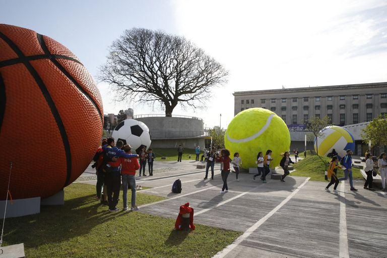La instalación de Leandro Ehrlich en la explanada entre el Centro de Exposiciones y la Facultad de Derecho