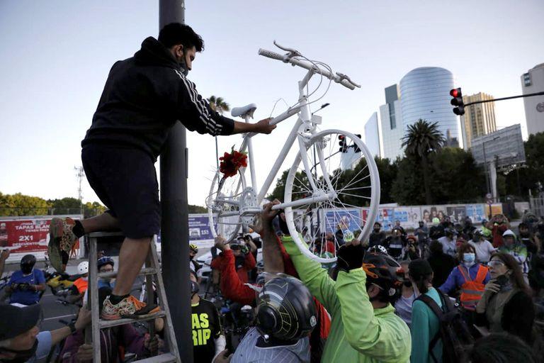 Una bicicleta blanca fue colocada en Madero y San Martín para recordar el asesinato de Dimitri Amiryan; su muerte volvió a poner en el foco público la imputabilidad de los menores