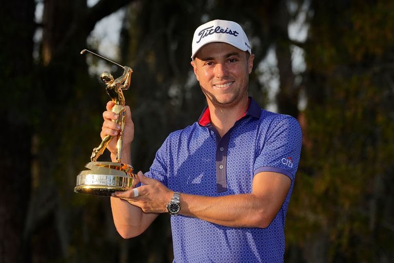 Justin Thomas sostiene el trofeo The Players Championship