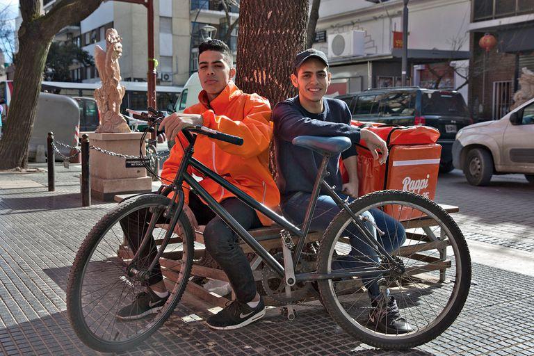 Misael Ubieda y Rafael Romero, dos jóvenes venezolanos que trabajan en Rappi