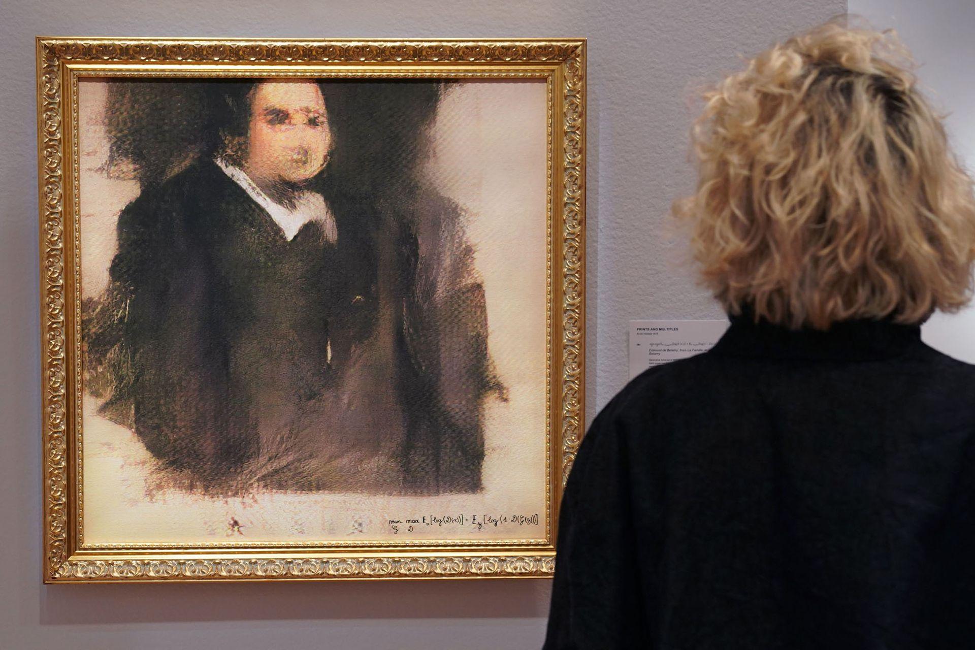 """Una mujer mira una obra de arte creada por un algoritmo del colectivo francés OBVIOUS que produce arte usando inteligencia artificial, titulado """"Retrato de Edmond de Belamy"""", en Christies en Nueva York."""