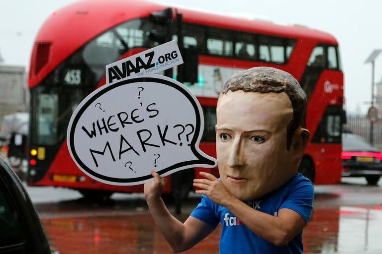 Un activista con una máscara de Mark Zuckerberg pide su presencia frente al Parlamento británico