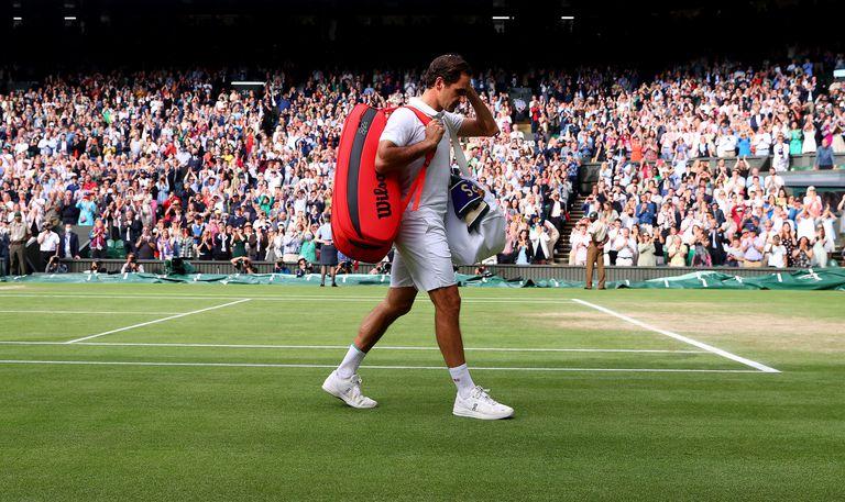 La triste despedida de Roger Federer en el Centre Court de Wimbledon tras haber caído en los cuartos de final frente al polaco Hubert Hurkacz.