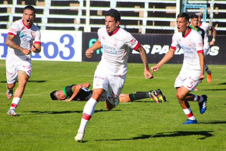 Diego Mendoza acaba de convertir el gol del empate del Globo en Cutral-Có. El equipo dirigido por Israel Damonte quedó eliminado de la Copa Argentina tras caer por penales con Estudiantes de San Luis.