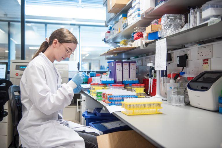 Una científica trabaja en la vacuna de Oxford y AstraZeneca
