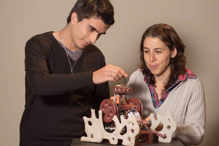 Ana Laura Cantera (35) y Demián Ferrari (30) inventaron un robot capaz de detectar ambientes contaminados.